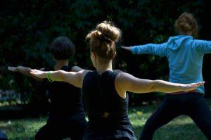 classe yoga all'aperto