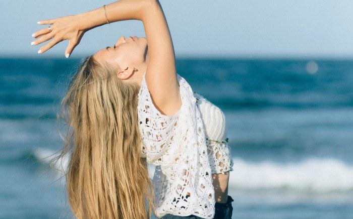 donna lungomare che pratica yoga